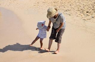 ビーチで遊ぶ親子の写真・画像素材[1112498]