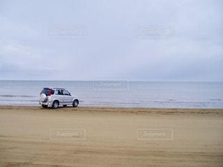 砂浜と自動車の写真・画像素材[1113393]
