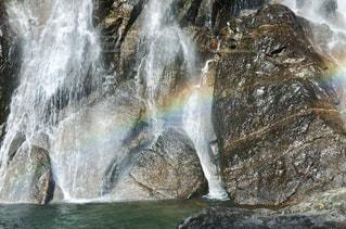 滝にかかる虹の写真・画像素材[1113394]