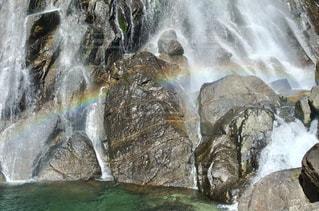 滝にかかる虹の写真・画像素材[1113395]
