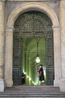 イタリアの門と門番の写真・画像素材[1135777]