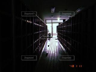 昇降口の光の写真・画像素材[1105238]