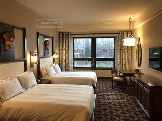 ホテルのベッドルームの写真・画像素材[1105947]