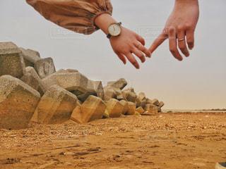 夫婦と海と結婚指輪の写真・画像素材[1104633]