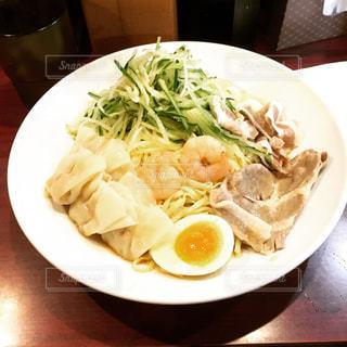 テーブルの上に食べ物のプレートの写真・画像素材[1105071]
