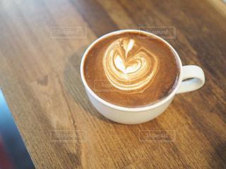 木製テーブルの上のコーヒー カップの写真・画像素材[1115979]