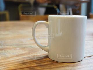 テーブルの上のコーヒー カップの写真・画像素材[1116438]