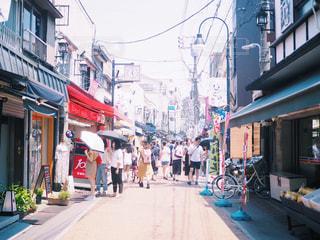 街の通りを歩いている人のグループの写真・画像素材[1310959]