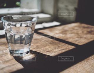 木製テーブルの上のガラスのコップの写真・画像素材[1817399]