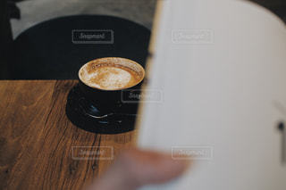 テーブルの上のコーヒー1杯の写真・画像素材[2107833]