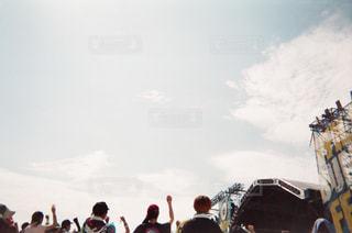 曇り空を歩いている人々 のグループの写真・画像素材[1107902]
