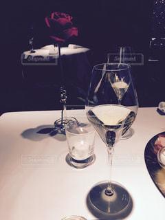 テーブル ワイングラスとバラの写真・画像素材[1109184]