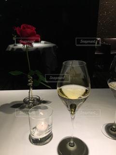 テーブル ワインのグラスとバラの写真・画像素材[1109185]