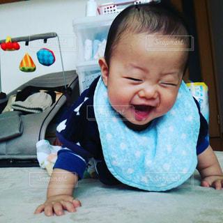 ハイハイしながら満面の笑みを浮かべる子どもの写真・画像素材[1106029]