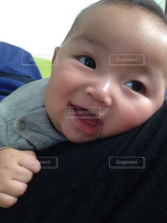 抱っこされてご機嫌の赤ちゃんの写真・画像素材[1110447]