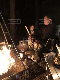 焚き火前の父子の写真・画像素材[2894648]