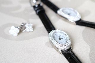 グルーデコした腕時計とピアスの写真・画像素材[1106517]