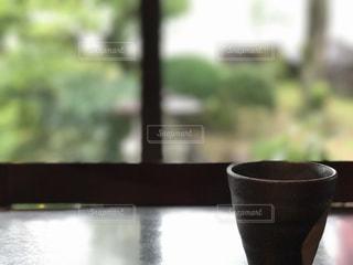 近くのテーブルに座ってコーヒー カップの写真・画像素材[1106470]