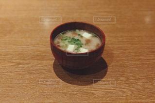 テーブルにあるお味噌汁の写真・画像素材[1172837]
