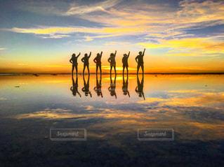 ウユニ塩湖の夕日を全身で感じるの写真・画像素材[1106640]