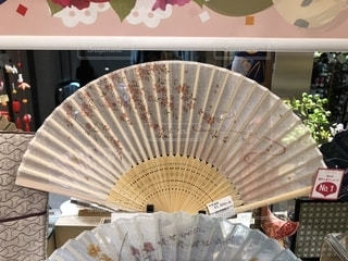 近くに傘のアップの写真・画像素材[1137379]