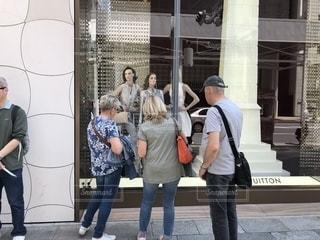 建物の前に立っている人々 のグループの写真・画像素材[1137416]