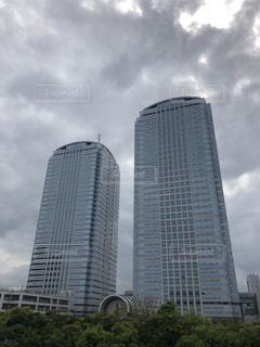 曇り空と大きな背の高い塔の写真・画像素材[1175939]