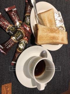 食品とコーヒーのカップのプレートの写真・画像素材[1313832]
