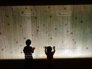 光と子供の写真・画像素材[1106784]