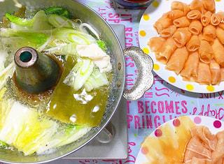 みんなで囲む鶏しゃぶ鍋の写真・画像素材[1106733]