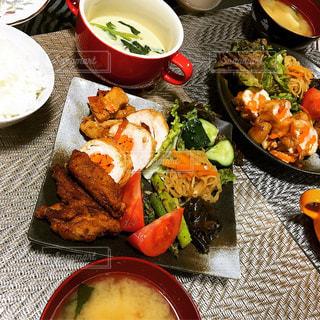 テーブルの上に食べ物のプレートの写真・画像素材[1145293]