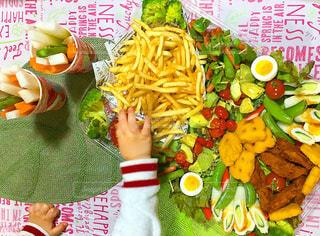 テーブルの上に食べ物の写真・画像素材[1145294]