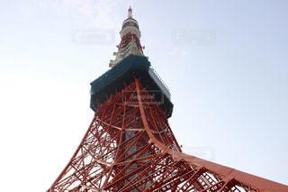 大きな時計塔バック グラウンドで東京タワーを背景にの写真・画像素材[1121767]