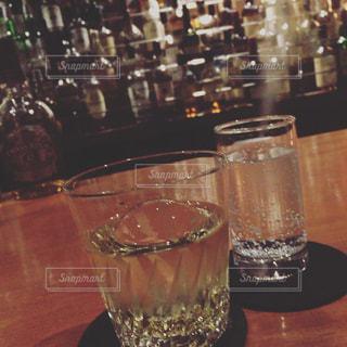 ワイングラスとテーブルに座っている人のグループの写真・画像素材[1106975]