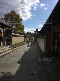 朝の京都の路地の写真・画像素材[1107053]