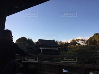 橋の上に立っている人の写真・画像素材[1107059]