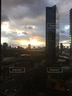 夕暮れ時の都市の景色の写真・画像素材[1107061]