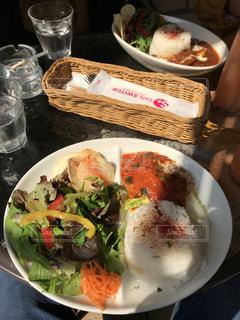 テーブルの上に食べ物のプレートの写真・画像素材[1107021]