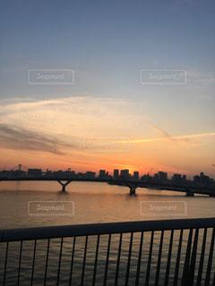 水の体の上の橋の写真・画像素材[1112660]