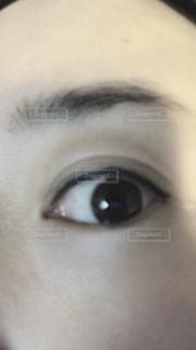近くに人の顔のアップの写真・画像素材[1112346]