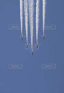 蒼いブルーインパルスと青い空の共演の写真・画像素材[1153741]