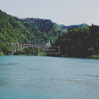只見第一橋梁を渡る古き良き光景の写真・画像素材[1634275]