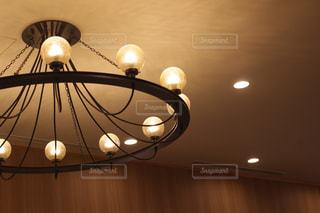 天井からぶら下がっているランプの写真・画像素材[1108906]
