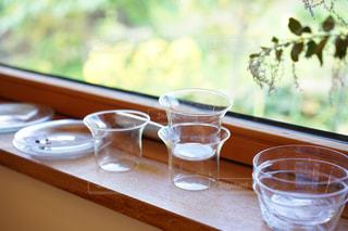 近くのテーブルの上のガラスのコップの写真・画像素材[1621091]