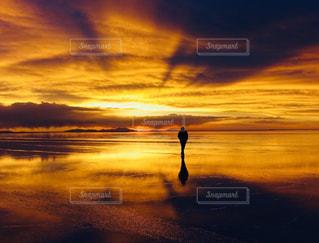 ウユニ塩湖の夕暮れの写真・画像素材[1108555]