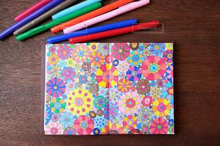 テーブルの上のペンとノートの写真・画像素材[1108900]