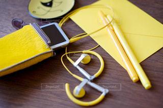 木製テーブルの上にある黄色い小物たちの写真・画像素材[1136267]
