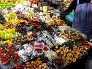 市場の新鮮な果物、マルシェでのディスプレイの写真・画像素材[1165822]