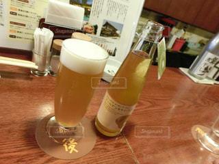 ワインとビール、テーブルの上のガラスのボトルの写真・画像素材[1108847]