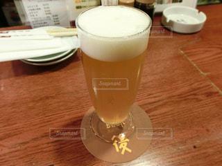 コーヒーやビール、テーブルの上のガラスのカップの写真・画像素材[1108848]